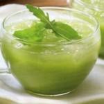 Zuppa fredda di rucola, pinoli e basilico