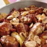 Pollo con i funghi in salsa di vino rosso