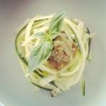 Tagliatelle crude di zucchine con il pesto