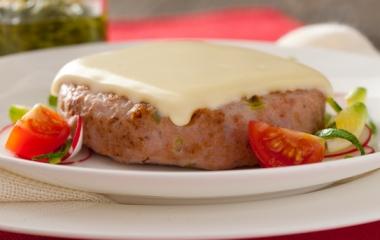 Ricetta sfiziosa, un gustoso hamburger con formaggio
