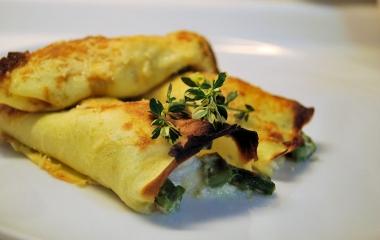 Crespelle con formaggio, prosciutto e verdure