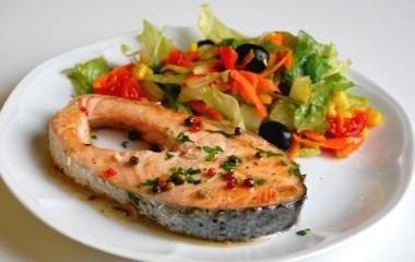 Novità deliziose: salmone con salsa e pepe verde