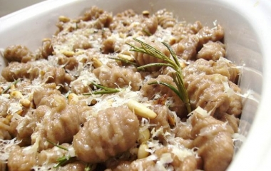 Primi piatti: gnocchi al gusto di castagna con salsa ai formaggi