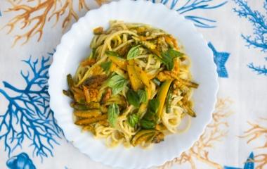 Spaghetti con crema di avocado e zucchine
