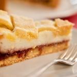 Delicato dessert ripieno di ricotta e visciole