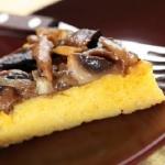 Crostata di polenta con funghi e salsiccia