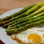 Asparagi con uovo al tegamino