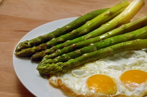 asparagi con un uovo al tegamino